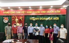 Tập thể Ban Giám Đốc và lãnh đạo chủ chốt tặng hoa chúc mừng đ/c Nguyễn Đức Tuấn.